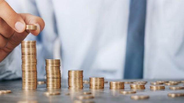 Wir wollen von unseren Lesern wissen, wer ihrer Ansicht nach die Kosten für den HBA tragen soll – jeder Approbierte selbst oder die Inhaber für ihre Angestellten? (c / Foto: rangizzz/stock.adobe.com)
