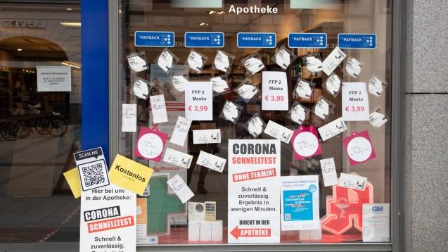 """Aktuelle Berichte über das """"Maskenbusiness"""" erzeugen ein Feindbild: Die gierigen Apothekerinnen und Apotheker, die sich auf Staatskosten an den Masken dumm und dämlich verdient haben. (Symbolbild: Apotheke in München). (Foto: IMAGO / Alexander Pohl)"""