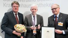 Prof. Dr. Wolf-Dieter Ludwig (Bildmitte), der Vorsitzende der AkdÄ, erhält die ADKA-Ehrennadel vom 1. Vizepräsidenten der ADKA, Prof. Dr. Frank Dörje und ADKA-Präsident Rudolf Bernard. (Foto:ADKA/Peter Pulkowski)