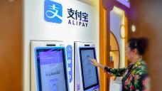 """In dieser """"Zukunftsapotheke"""" im chinesischen Zhengzhou können sich Kunden per Gesichtserkennung beraten lassen und sich Arzneimittel ausgeben lassen. (Foto: Imago)"""