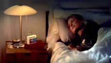 """Eine schnell einschlafende Frau verbunden mit der Aussage """"1 Dragee am Abend"""" kann Verbraucher über den Eintritt der Wirkung von Baldrian-Präparaten in die Irre führen. (Sceenshot: Baldriparan-Spot / You Tube)"""