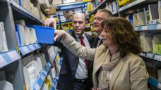 Die SPD-Gesundheitspolitikerin Martina Stamm-Fibich beim Besuch eines Gehe-Großhandelslagers. (Foto: Gehe)
