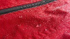 Wasserabweisende Oberflächen sind bei Outdoor-Kleidung praktisch - aber für Umwelt wie auch Menschen oft nicht ganz unproblematisch. (Foto:lorenzot81 / Fotolia)