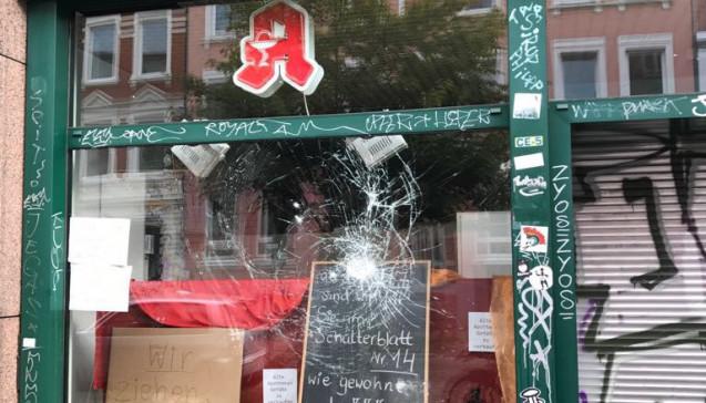 Bei der Stern-Apotheke ist das Schaufenster komplett zerstört. (Foto: privat)