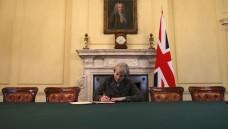 Theresa May unterzeichnet die Austrittserklärung. (dpa)