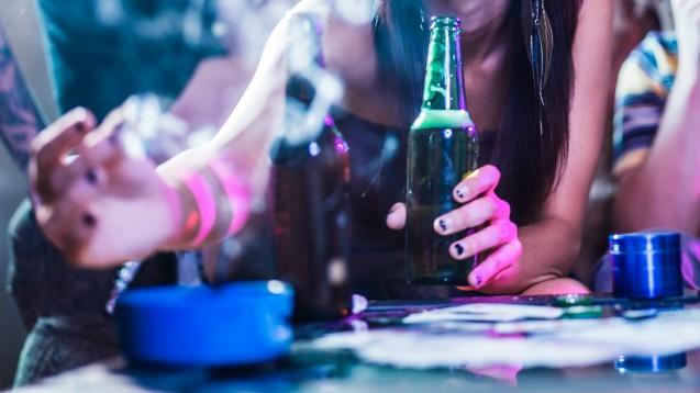 Die Zahl der Jugendlichen, die regelmäßig trinken oder rauchen, sinkt. (Foto: Joshua Resnick / Fotolia)