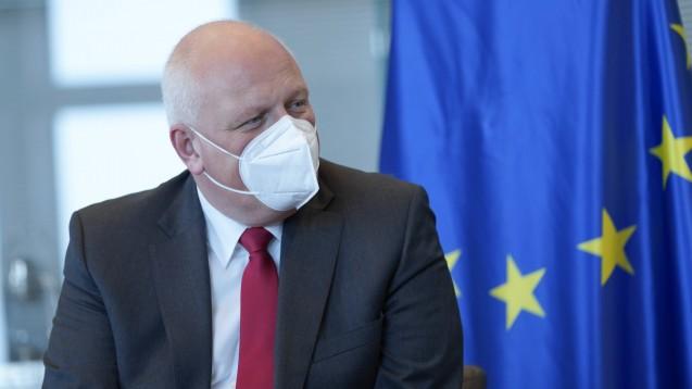 Ulrich Kelber wirft Apotheken vor, in der ersten Phase der FFP2-Maskenausgabe gegen die DSGVO verstoßen zu haben – zuständig ist er allerdings nicht für sie. (x / Foto: IMAGO / Political-Moments)