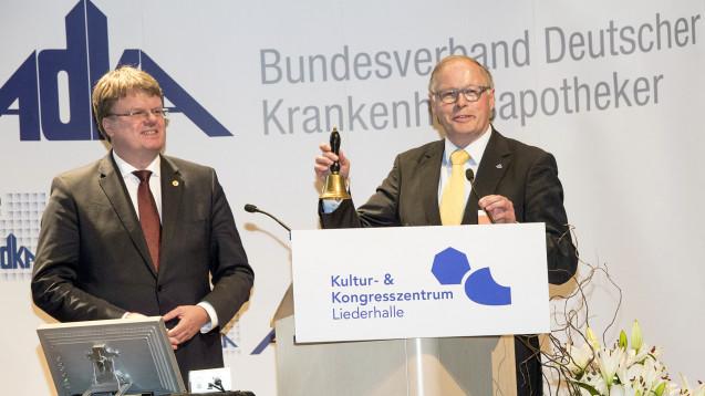 Symbolische Übergabe des ADKA-Vorsitzes via Glocke: neuer Präsident Professor Frank Dörje (li.) und der nun Ex-Präsident Rudolf Bernard (re.). (Foto: ADKA / Peter Pulkowski)
