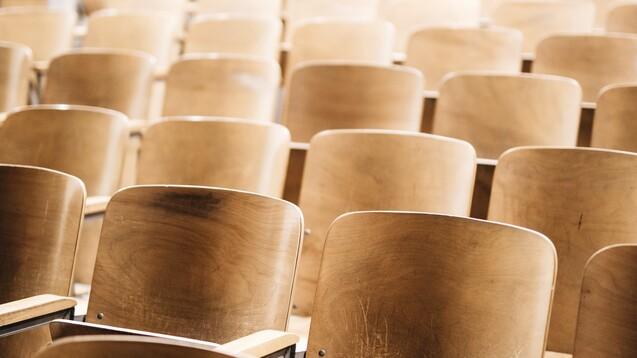 Hörsäle stehen seit dem Sommersemester 2020 weitestgehend leer. Nun sollen viele Pharmazie-Studienanfänger Vorlesungen wieder vor Ort besuchen können. (c / Foto: Nathan Dumlao / Unsplash)