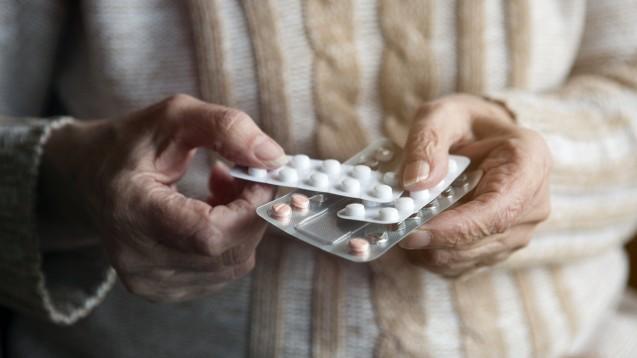Einige Arzneimittel sind für ältere Menschen ungeeignet. Die Priscus-Liste hilft Verordnern und Apotheken bei der Orientierung. (Quelle: wernerimages / AdobeStock)
