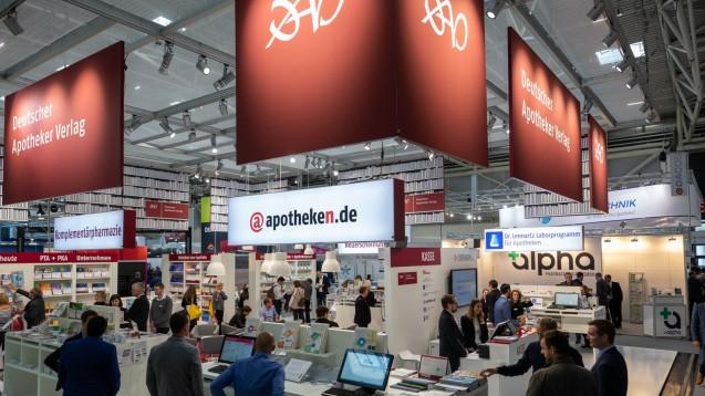"""""""Im Rampenlicht: Das Forum für Offizin-Profis"""", so heißt das neue Format am Expopharm-Stand des Deutschen Apotheker Verlags (hier 2018 in München). Sie finden ihn in diesem Jahr in Halle 3, Stand A-33. (m / Foto: Schelbert)"""
