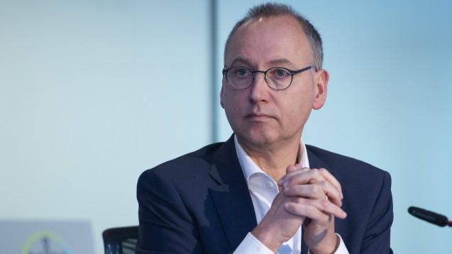 Der Bayer Vorstandsvorsitzende Werner Baumann will in der Coronakrise mit Arzneimitteln helfen – Kompensation erwartet er keine. (c / Foto: imago images / Sven Simon)