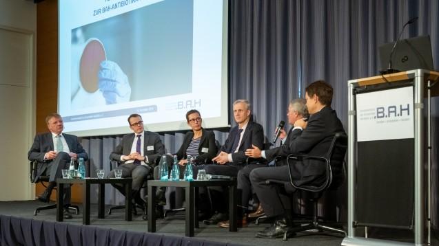 Die Teilnehmer der Podiumsdiskussion auf dem BAH-Antibiotika-Tag: Dr. Hermann Kortland (BAH), Alexander Krauß (MdB), Ute Leonhardt (vdek), Thomas Müller (BMG),Prof. Dr. Wilhelm Niebling (AkdÄ), Dr. Robert Welte (GSK, v.l.n.r.). (c / Foto: BAH/Svea Pietschmann)