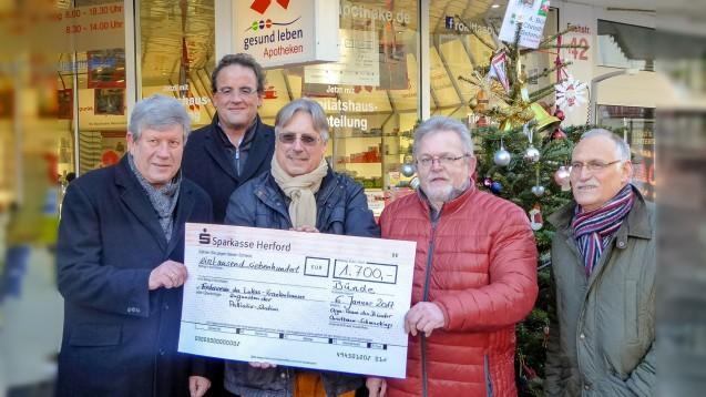 Reinhard Rokitta (3. v. li.) bei der Übergabe eines Spendenschecks im vergangenen Jahr. (Foto: privat)