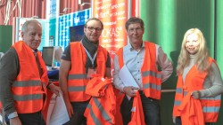 Gunter Greiner, Alexander Fischer, Gregor Nelles und Lilie Fischer verteilten rote Warnwesten an die Teilnehmer des Pharmacon in Schladming (von links nach rechts). (j/Foto: DAZ)