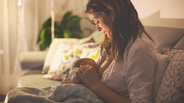 Die WHO empfiehlt Müttern, ihre Neugeborenen nach einer Corona-Impfung weiter zu stillen. (x / Foto: Tomsickova / AdobeStock)