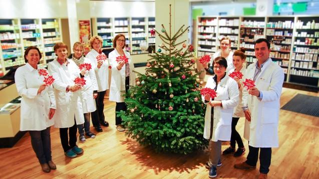 Simon Krivec (re.) und sein Apotheken-Team mit Wunsch-Weihnachtsbaum.