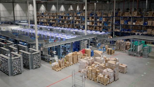 In der DocMorris-Logistik in Heerlen wird derzeit mit Hochdruck gearbeitet, das Bestellvolumen ist deutlich gestiegen. Allerdings gibt es jetzt nur noch maximal eine Paracetamol-Packung pro Einkauf. Bei der Shop Apotheke sind hingegen noch sogenannte Sammelbestellungen möglich. (c / Foto: dpa)