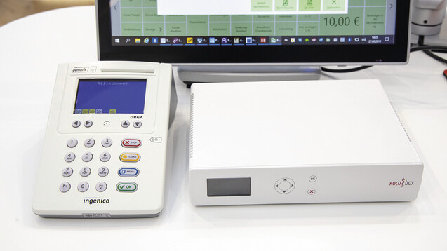 Für den Anschluss an die TI müssen Apotheken einiges anschaffen, unter anderem einen Konnektor und Kartenlesegeräte. Letztere auch für den HBA. (c / Foto: Schelbert)