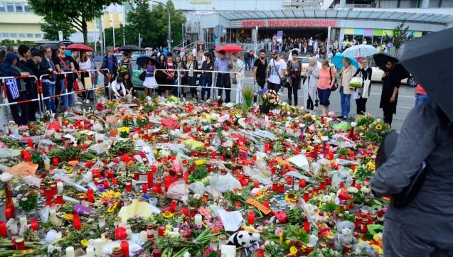 Gedenken für die Verstorbenen und Verletzten am Olympia-Einkaufszentrum in München. (Fotos: hfd / DAZ.online)