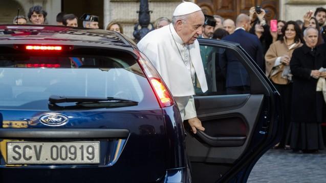 Shoppingtour: Papst Franziskus ließ sich am Dienstag vor ein Sanitätshaus fahren, um dort orthopädische Gesundheitsschuhe einzukaufen. (Foto: dpa)