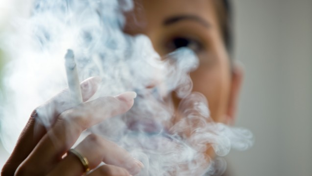 Die Wirkungen des Einzelnen auf die Gemeinschaft: Laut einer Studie kann vermehrtes Rauchen beobachtete Rückgänge der Lebenserwartung erklären. (Foto: Bilderbox)