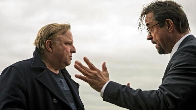 Curare im Tatort: Professor Boerne (rechts, gespielt von Jan-Josef Liefers) erhielt als Antidot Acetylcholin. Ist das plausibel? (Foto: WDR/Bavaria Fiction GmbH / Martin Valentin Menke)