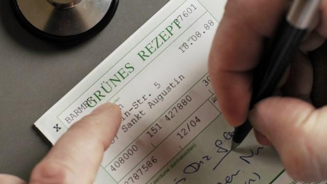 Auch beim Grünen Rezept soll bald Schluss sein mit Stift und Tinte: Das Patientendaten-Schutzgesetz will auch das Grüne Rezept elektronisch machen. ( r / Foto: imago images / photothek)