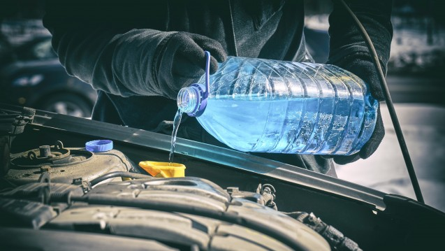 Frostschutzmittel sollte nur in klar gekennzeichneten Behältnissen aufbewahrt werden. (b/Foto:Georgy Dzyura /stock.adobe.com)