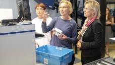 Sachsens Staatsministerin für Soziales, Barbara Klepsch (rechts), lässt sich in der Dresdner Gehe-Niederlassung von zwei Gehe-Mitarbeiterinnen die Auslieferung von Arzneimitteln an die Apotheken erklären. (m / Foto: Gehe)
