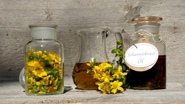 Johanniskraut kann auch äußerlich als sogenanntes Rotöl angewendet werden. (Foto:behewa / stock.adobe.com)