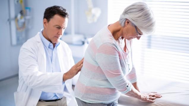 In Deutschland ist Methocarbamol rezeptpflichtig und zur symptomatischen Behandlung schmerzhafter Muskelverspannungen, insbesondere des unteren Rückenbereiches, zugelassen. Ist eine zusätzliche Paracetamol-Einnahme sinnvoll? ( r / Foto: WavebreakMediaMicro / stock.adobe.com)