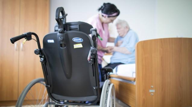 Der Frauenanteil unter den Beschäftigten in der Altenpflege liegt nach Angaben des Statistischen Bundesamts bei 84,2 Prozent. Die Branche hat ganz besonders zu kämpfen mit der Corona-Pandemie. (Foto: IMAGO / photothek)