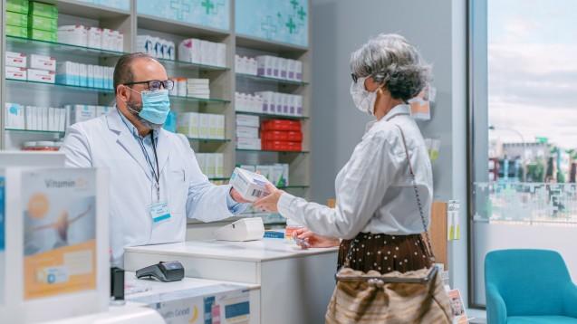 """Seit 1998, also seit inzwischen 23 Jahren, hat sich der 7. Juni als """"Tag der Apotheke"""" etabliert. Auch in Pandemiezeiten steht das pharmazeutische Personal jederzeit als fachkundige und einfühlsame Ansprechpartner live zur Verfügung. (c / Foto: Gorodenkoff / AdobeStock)"""