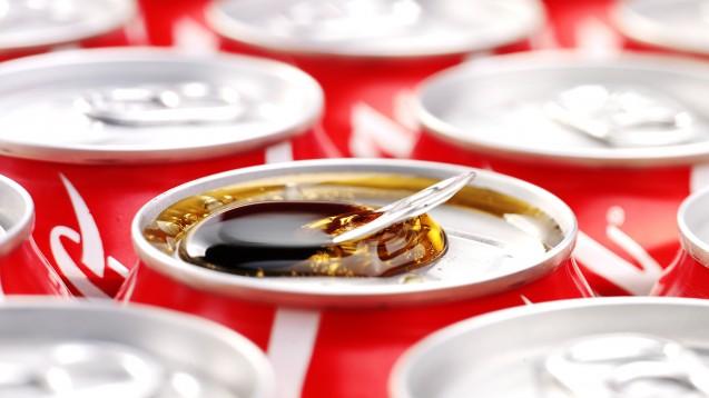 Coca-Cola versucht über das Sponsoring von den Problemen seiner Softdrinks abzulenken, so Foodwatch. (Foto: eddaphoto.pl / Fotolia)