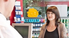 Verständnislose Kunden? Nicht alle Patienten wissen, was das EuGH-Urteil bedeutet und fragen in der Apotheke vor Ort nach Preisnachlässen. (Foto: ABDA