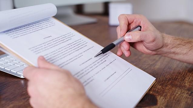 DAZ-Redakteur Dr. Thomas Müller-Bohn hat apothekereigene Rechenzentren nach deren Vertragsbedingungen gefragt. Feststeht, dass es keine einheitliche Linie unter den Rechenzentren im Bezug auf die Forderungsabtretungen gibt. (Foto: Wellnhofer Designs / stock.adobe.com)