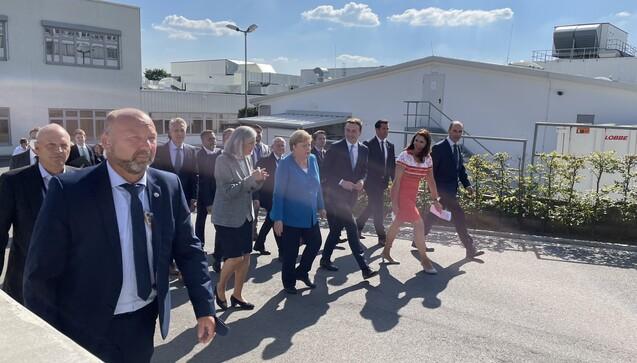 Am gestrigen Mittwoch besuchte Bundeskanzlerin Angela Merkel den Medice-Stammsitz in Iserlohn. Begleitet von CDU-Generalsekretär Paul Ziemiak, der zugleich Wahlkreisabgeordneter ist. (Foto: eda / DAZ)