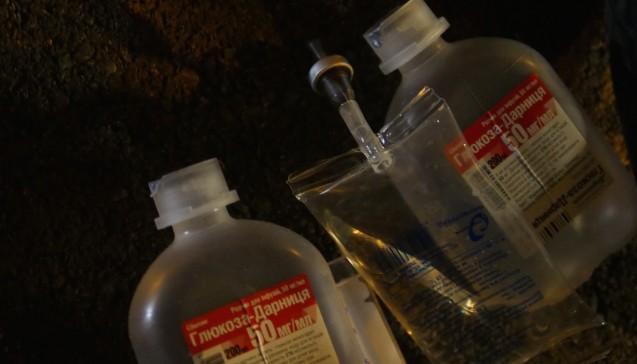 Im Müll vorm Hotel der Ukrainer: Zwei leere 50ml Glucose-Darnitsa-Beutel mit Infusionsbesteck.(Foto:Jannik Jürgens / Correctiv.org)