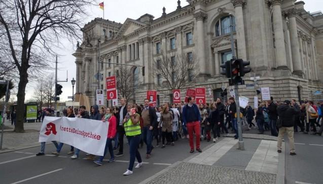 Kurz vor der Ankunft am Brandenburger Tor passierte der Demonstrationszug den Reichstag.