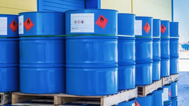 Das Lösungsmittel Dimethylformamid (DMF) spielt im Zusammenhang mit mit Nitrosaminen verunreinigtem Valsartan, das im Sommer 2018 zu weltweiten Rückrufen führte, eine zentrale Rolle. Indische und chinesische Plattformen bieten DMF im Internet in blauen Fässern wie diesen an. (s / Symbolbild:Grispb / stock.adobe.com)