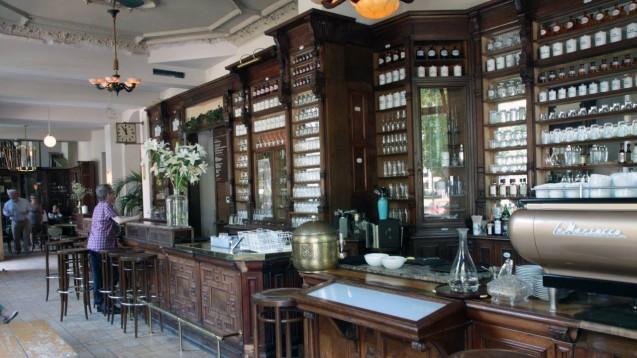 Aus der Oranienapotheke ist das Berliner Szene-Café Ora geworden. (Foto: Sket)