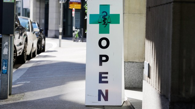 Für Schweizer Apotheker gibt es nach einer Einigung zwischen Pharmasuisse und dem Versicherungsanbieter Curafutura ein neues Vergütungsmodell. (s / Foto: imago images / Geisser)