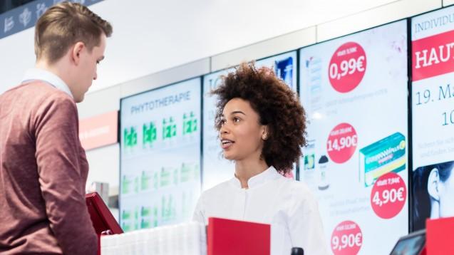 Laut dem Satiriker Mark-Stefan Tietze wollen Apotheker beim Beraten nur mit ihrem pharmazeutischen Wissen prahlen. ( r / Foto:Kzenon / stock.adobe.com)