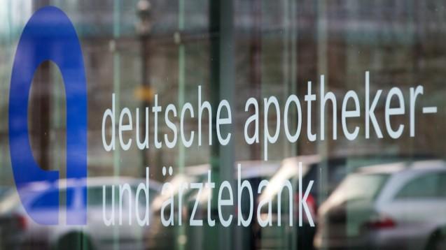 Nach wochenlangem Chaos und Unmut nach der missglückten IT-Migration der Apobank entschuldigt sich der Vorstand öffentlich in einem Brief an die Apobank-Kunden. (s / Foto: picture alliance / dpa | Martin Gerten)