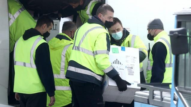 Am 25. März 2021 kamen 23.000 Dosen Pfizer-Impfstoff aus dem COVAX-Programm am Flughafen Sarajevo in Bosnien an. (Foto: IMAGO / Pixsell)