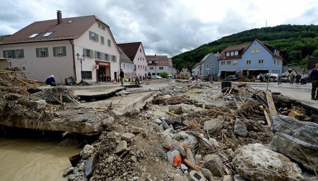 Mit Regen und Gewittern kam die Flut zuvor auch ins baden-württembergische Braunsbach - der Schlamm drängte sich bis in die Apotheke. (Foto: dpa / picture alliance - abaca)
