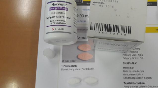 Die gefälschten Harvoni-Tabletten sind weiß, nicht orange. (Foto: BfArM)