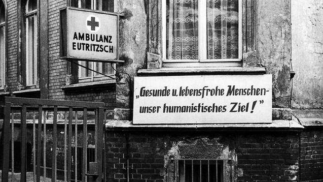 Klinische Studien in der DDR: Die mediale Skanalisierung hat bisher eine gründliche Aufarbeitung verhindert. (Foto: Ambulanz Leipzig Eutritzsch, 1980. Sieghard Liebe, Stadtgeschichtliches Museum Leipzig)