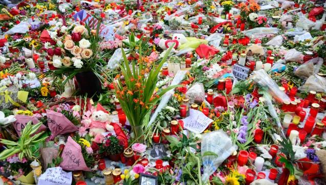 Sie drückten ihr Mitgefühl mit den direkt Betroffenen in Briefen aus - oder einfach mit einer Blume oder Kerze.